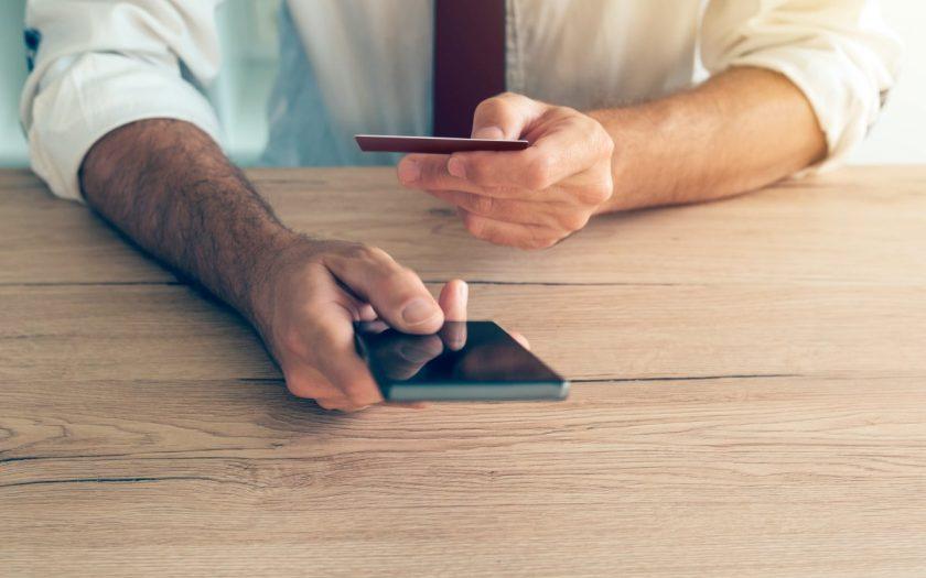 gość używa smartfona do lokalizacji